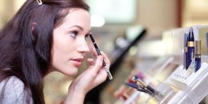 wanita-berdandan-makeup